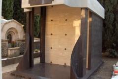 Monumento-di-famiglia-in-Porfido-e-Travertino-Chiaro